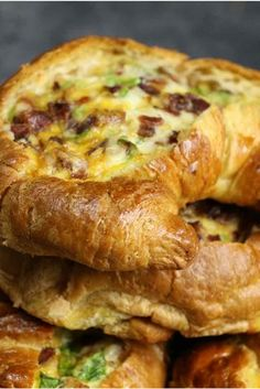 Cheesy Bacon Egg Boats – crispy bacon, fluffy egg and melted cheddar cheese baked in croissant breakfast boats! A quick and easy recipe that's ready in 30 minutes and feeds a crowd! Perfect for breakfast and brunch. So delicious! Breakfast Desayunos, Breakfast Items, Breakfast Croissant, Breakfast Dishes, Breakfast Recipes, Yummy Breakfast Ideas, Cheese Croissant, Croissant Recipe, Breakfast Casserole With Croissants