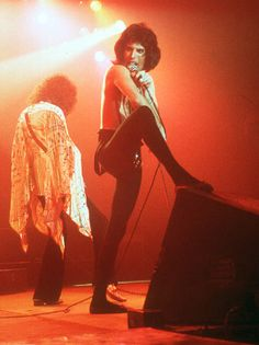 Freddie Mercury of Queen performs in concert on December 1977 at The Forum in Inglewood, California. (Photo by Richard Creamer/ Michael Ochs) Brian May, John Deacon, Roger Taylor, Queen Photos, Queen Freddie Mercury, Queen Band, Killer Queen, Save The Queen, Music Stuff