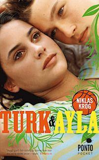 53 Du är svenne och jag är blatte. Fatta det!    Turk kallas en helt vanlig kille från Bromma. Han heter egentligen Mattias och spelar basket i Alvik. Ayla är en tjej med turkisk bakgrund som bor i Rinkeby. Hon spelar i Akropol. Turk är blyg. Det är inte Ayla. De är varandras totala motsatser.
