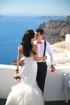Romantic moments at Villa Irini, Santorini! The ceremony was organised by Oniro Weddings. Photo by Maryna Gruzdyeva.