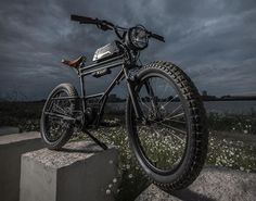 This awesome E-Bike is inspired by a scrambler motorcycle! Built by Dutch custom bicycle workshop Timmermans Fietsen, the spectacular Scrambler E-Bike features a frame from a 30s transport bike, fat studded tires, a raised handlebar, a custom built h
