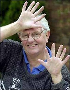 Another man with 12 fingers, pretty well proportioned.