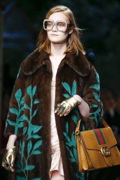 See all the Details photos from Gucci Spring/Summer 2016 Ready-To-Wear now on British Vogue Fashion Week, Spring Fashion, Fashion Show, Fashion Design, Fashion Trends, Fashion 2015, Latest Fashion, High Fashion, Fashion Inspiration