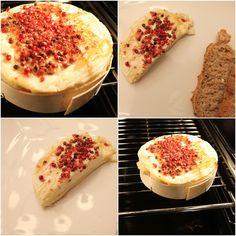 Camembert mit Honig und rosa Pfeffer im Ofen überbacken, ein leckerer Snack für Zwischendurch oder zum Abendessen. Und hier ist das Rezept http://wolkenfeeskuechenwerkstatt.blogspot.de/2012/02/camembert-mit-honig-und-rosa-pfeffer.html