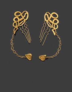 LINE VAUTRIN (1913-1997) Rare Paire de Peignes - Boucles d'oreilles en bronze doré Années 1940 Monogrammés LV