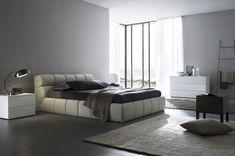cama de cuero blanco en el dormitorio al estilo minimalista