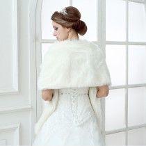 étole mariage pas cher en fausse fourrure épaise ivoire large rectangulaire épaules dégagées châle pour robe de mariée
