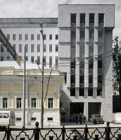 Офисное здание на Страстном бульваре было построено в 2006 году по заказу компании Capital Group. На первом плане — особняк писателя Сухово-Кобылина, который в ходе строительства был воссоздан.