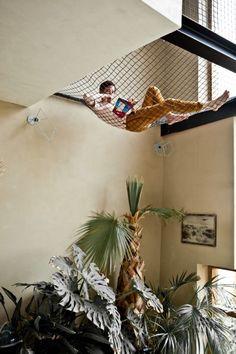リビングの上の吹き抜けに張られたネットの空中リビング