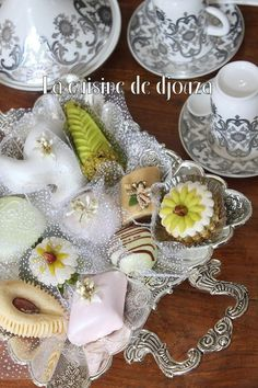 Til Aid el Adha 2017 er her en bred vifte af algeriske kager, . French Macaroon Recipes, French Macaroons, Eid Cake, Tunisian Food, Moroccan Party, Algerian Recipes, Biscotti Cookies, Food Decoration, Arabic Food