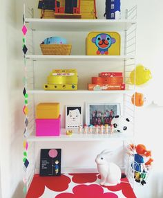 Stringhylla - Rum och Rabalder - Kids room with String shelf & desk