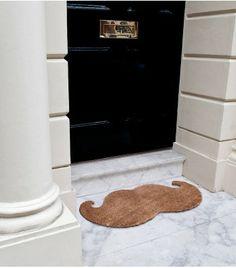 Rendez l'entrée de votre maison décalée en adoptant ce paillasson moustache qui permettra à vos invités de rentrer chez vous avec le sourire !