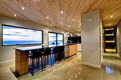 Béton poli, plafond en bois et mur blanc