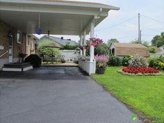 Abri d'auto Bungalow, Decoration, Sidewalk, Outdoor Decor, Home Decor, Places To Visit, Decor, Decoration Home, Room Decor