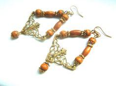 orecchini in metallo dorato e perline di legno di LeSirenes, €8.90