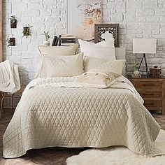 For the ultimate in luxurious comfort, the UGG Tahoe Reversible Quilt is as indulgent as it is beautiful. Sumptuously soft and soothing in yarn-dyed cotton flannel, a cozy Sherpa reverse provides even more comforting warmth on chilly evenings.