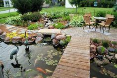 estanque de jardin grande con puente y figuras de animales