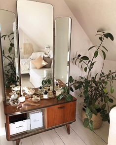 Zimmer ideen Little upgrade in my apartment. I've replaced my old Ikea white vanity table with this Decoration Inspiration, Room Inspiration, Interior Inspiration, Decor Ideas, White Vanity Table, Vanity Table Vintage, Vanity Tables, Sala Vintage, My New Room