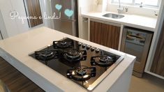 Cozinha com ilha, cooktop e coifa - Comprando Meu Apê   Comprando Meu Apê