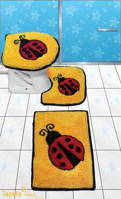 Jogo de banheiro de frú frú com desenho de joaninhas e fundo amarelo. Produto com excelente acabamento e muito prático! Pode ser lavado em maquina de lavar, pois não desfia nem desbota! Tudo isso para facilitar seu dia-a-dia! Confeccionado com tecidos de alta qualidade para proporcionar a ... Chrochet, Bathroom Rugs, Patches, Cross Stitch, Kids Rugs, Bath Mat, Knitting, Shaggy Rugs, Diys
