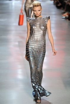 Celebrities who wear, use, or own Paco Rabanne Spring 2012 Metallic Dress. Also discover the movies, TV shows, and events associated with Paco Rabanne Spring 2012 Metallic Dress. Haute Couture Style, Couture Mode, Fashion Art, Runway Fashion, High Fashion, Fashion Show, Fashion Design, Dress Fashion, Fashion Week Paris