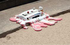 Batizada de Hot With The Chance of Late Storm, a escultura criada pelo coletivo criativo Glue Society apresenta um carro de sorvete derretido na praia.
