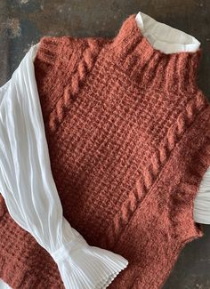 Fødselsdags-vesten - FiftyFabulous День рождения Запада - FiftyFabulousThe North Face Damen Chabot Pullover (Größe S, Rot) Knitwear Fashion, Knit Fashion, Fall Outfits, Casual Outfits, Fashion Outfits, Knit Vest Pattern, Mode Inspiration, Diy Clothes, Crochet Clothes