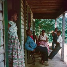 This vivid photograph showing an African American family living in Alabama, USA, under the controversial Jim Crow segregation laws was taken by artist Gordon Parks. Gordon Parks, American Women, African American History, Tina Modotti, Walker Evans, Park Photography, Glamour Photography, Gothic Photography, Modeling Photography