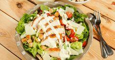 Da der leckere Caesar Salad leider eine ziemliche Kalorienbombe ist, hat euch Ni… As the delicious Caesar Salad is unfortunately quite a calorie bomb, Nina has not only devised the original dressing recipe, but also a lower calorie version. What Is Quinoa, How To Cook Quinoa, Diet Recipes, Cooking Recipes, Healthy Recipes, Caesar Salat, Quinoa Benefits, Quinoa Salad Recipes