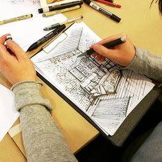 Когда появляется идея для дизайна интерьера, ее нужно успеть «схватить» и перенести на бумагу. Для этого нужны навыки скетчинга. Тогда в рисунке останется свежесть и оригинальность задумки. Умение быстро и эффектно выражать идею дизайна визуально помогает и в работе с коллегами, и во время общения с заказчиком. Не говоря уже о том, что живой рисунок выглядит в презентации гораздо симпатичнее компьютерной модели.