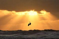 188 vind-ik-leuks, 26 reacties - Boeksz & Fotografie / Peter (@boeksz) op Instagram: 'Het eerste rijtje van 2020 is samengesteld door Fija (@fijazwanenburg) ... zonsondergang ... in…' Celestial, Sunset, Outdoor, Instagram, Outdoors, Sunsets, Outdoor Games, Outdoor Life, The Sunset