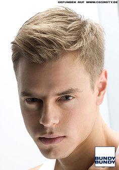 Natürlicher Kurzhaarschnitt mit dezentem Styling / Männer Um modisch on Top zu sein, wird das Haar seitlich und im Nackenbereich sehr knapp strukturiert und exakt geschnitten. Das Deckhaar bleibt bewusst länger und wird zu den Spitzen hin effiliert. So bekommt der Cut seine Leichtigkeit.