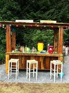 DIY Pallet Outdoor Bar and Stools This one I like for the festive vibe and stain and varnish.Easy project for a beach house or backyard. DIY Pallet Outdoor Bar and Stools Bar Patio, Deck Bar, Backyard Bar, Pool Bar, Backyard Ideas, Pallet Bar Plans, Wooden Pallet Bar, Diy Pallet, Pallet Ideas