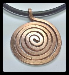 Forged spiral made of thick copper wire on a leather chain. Spirals occur in many ancient Kuluturen, and are an ancient symbol of life and infinity Diameter de spiral 39 mm Leather Strap 4 mm Total length of the chain 47 cm Aluminum Wire Jewelry, Copper Jewelry, Wire Wrapped Jewelry, Pendant Jewelry, Jewelry Art, Beaded Jewelry, Vintage Jewelry, Jewellery, Jewelry Ideas
