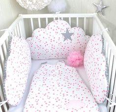 Un tour de lit en forme de nuages indépendants qui s'attachent au lit, avec un motif petites étoiles  3 nuages 60cm large x 33cm haut environ,  face en tissu piqué de coton b - 20494944