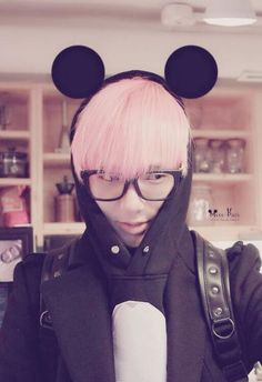 Yesung super junior. Yesung with his pink hair and hipster glasses. Absolutely love his voice.