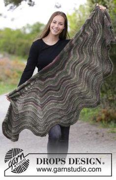 Теплая ажурная шаль с круглым краем, связанная на спицах из двух видов тонкой пряжи на основе шерсти и мохера. Вязание...