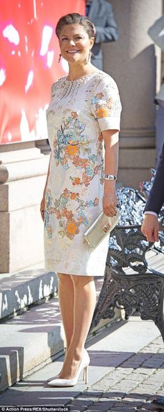 Crown Princess Victoria wore an understated yet beautiful embroidered cream dress at the birthday reception Apr 2016 Victoria Prince, Princess Victoria Of Sweden, Crown Princess Victoria, Princesa Victoria, Queen Vic, Royal Family Pictures, Style Royal, Swedish Royalty, Danish Royal Family