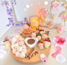 Delicious Desserts, Yummy Food, Tasty, Romantic Breakfast, Sleepover Food, Healthy Junk, Food Platters, Presents For Mom, Breakfast Bowls