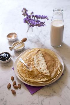 Ingredients: 3 large organic eggs, 250 g of wheat flour, 500 ml of almond milk, 1 tablespoon olive oil, 1 pinch of salt. No Cook Desserts, Dessert Recipes, Lean Cuisine, Crepe Recipes, Halloween Desserts, Sweet Cakes, I Love Food, Crepes, Healthy Cooking