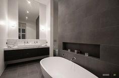 Серые стены и пол ванной