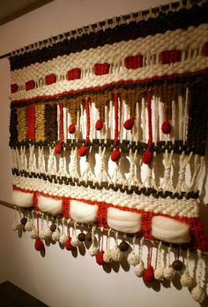 Telaresytapices .... Maria Elena Sotomayor : telar blanco con rojo alegre ( Rancagua) Weaving Textiles, Tapestry Weaving, Weaving Loom Diy, Hand Weaving, Weaving Techniques, Embroidery Techniques, Yarn Crafts, Diy And Crafts, Diy Y Manualidades
