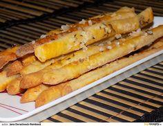 Připravíme mísu. Dáme do ní mouku, uprostřed uděláme důlek, do kterého rozdrobíme droždí. Posypeme droždí cukrem a přilijeme cca deci vlažného... Hot Dog Buns, Hot Dogs, Bread, Food, Brot, Essen, Baking, Meals, Breads
