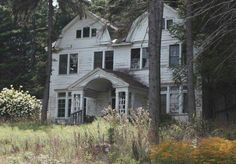 Recently, I have been obsessed with abandoned buildings. It amazing me how beautiful dwellings can be forgotten along old roads and left to. Abandoned Mansion For Sale, Old Abandoned Buildings, Abandoned Castles, Old Buildings, Abandoned Places, Haunted Castles, Abandoned Property, Old Mansions, Abandoned Mansions