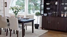 Englesson matrum   Matbord, stolar, skänkar och vitrinskåp mm