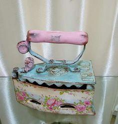 me ~ Messs de carruchas decoradas Decoupage Vintage, Vintage Crafts, Vintage Sewing, Antique Iron, Vintage Iron, Spool Crafts, Shabby Chic Antiques, Shaby Chic, Tole Painting