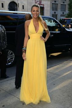 Blake Lively brightened things up in this yellow gown at The Savages premiere in New York City. Mom Dress, Dream Dress, Dress Skirt, Dress Up, Mode Harry Potter, Blake Lively Style, Bridesmaid Dresses, Prom Dresses, Yellow Gown