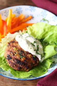 Combineer kipgehakt met verse kruiden, knoflook en cajun kruiden en je krijgt kipburgers bomvol smaak. Lekker met knapperige sla en frietjes van paprika.