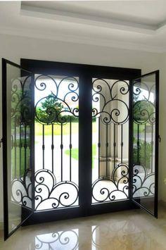 Puerta de entrada de hierro forjado: Puertas y ventanas de estilo clásico por DEL HIERRO DESIGN