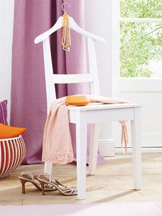 Statt Möbel zu entsorgen, überlegen Sie lieber, wie man sie anders einsetzen kann – z. B. einen Stuhl als stummen Diener.